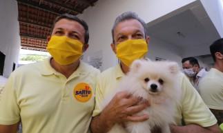 Sarto e o vice, Élcio Batista, posam com a cadela Marrion durante votação neste domingo, 29
