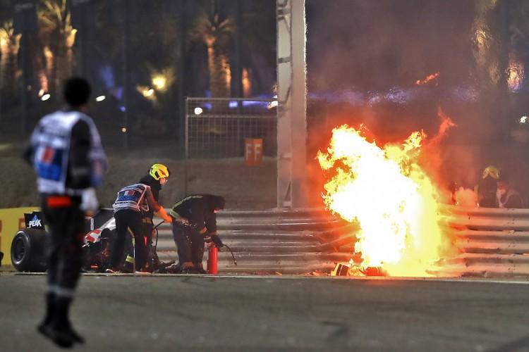 Acidente com o carro da  Haas do francês Romain Grosjean durante o GP do Bahrein de Fórmula 1 (Foto: TOLGA BOZOGLU/AFP)