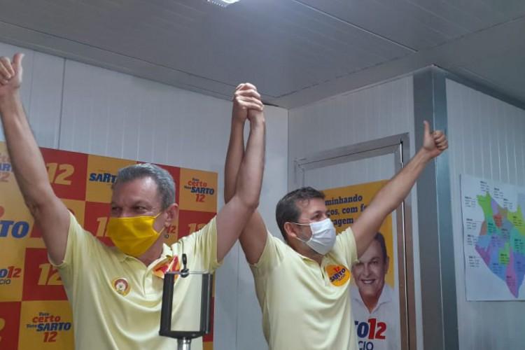 Sarto e o vice eleito, Élcio Batista, comemoram vitória  (Foto: Ana Rute Ramires)