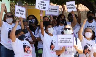 Representantes de movimentos sociais se reúnem do lado de fora da Câmara Municipal de Paracuru, onde Barbarena é julgado