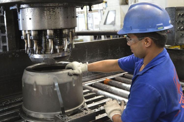 Metalúrgica Durametal, durante fabricação de cubos de rodas..Fortaleza (CE) 17.07.2014 - Foto: José Paulo Lacerda (Foto: CNI/José Paulo Lacerda)