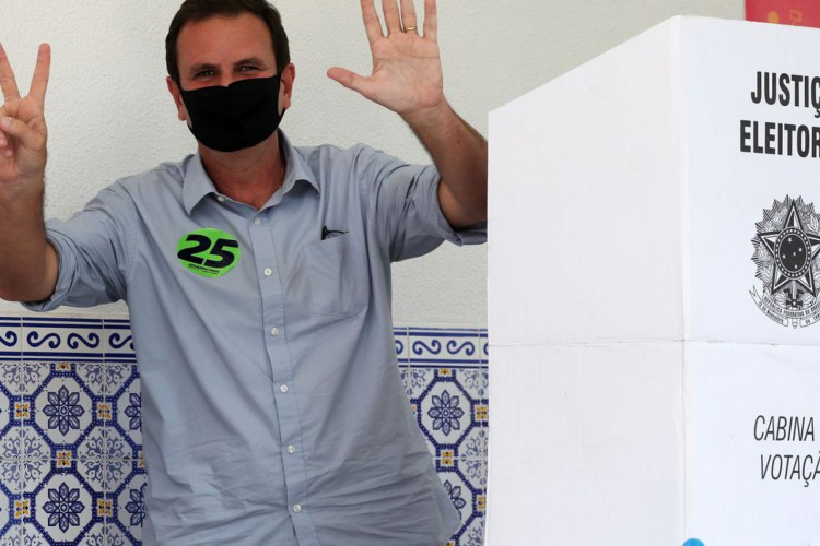 Rio de Janeiro's candidate for mayor Eduardo Paes gestures after voting at a polling station during the municipal elections in Rio de Janeiro, Brazil, November 15, 2020.   REUTERS/Sergio Moraes (Foto: SERGIO MORAES)