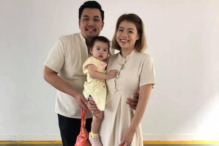 Celine Ng-Chan com seu marido e sua primeira filha em foto de antes de a pandemia de coronavírus se espalhar pelo mundo.  (Foto: Reprodução/Facebook/Ryanlizana Celine Ng-Chan)