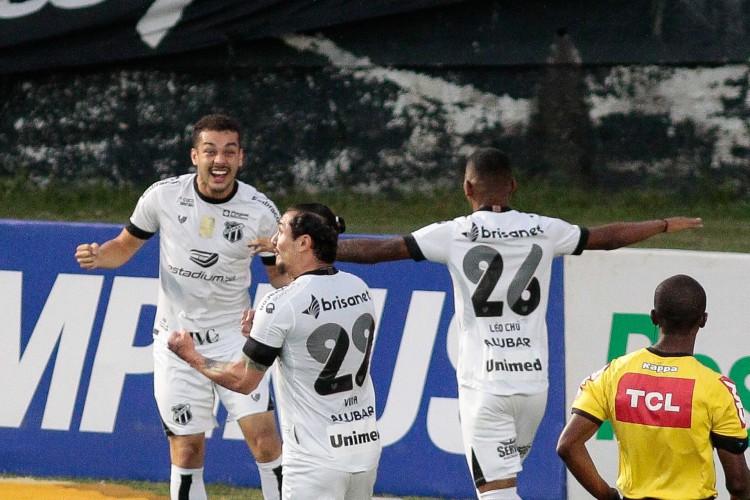 Vina e Saulo Mineiro marcaram os gols do Ceará diante do Bahia (Foto: RUDY TRINDADE/AE)