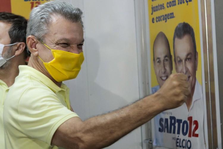Esse foi o segundo turno mais apertado na história de Fortaleza. Na foto, Sarto Nogueira e seu vice Elcio Batista após vencer a disputa a prefeitura de Fortaleza.(Fco Fontenele/O POVO) (Foto: FCO FONTENELE)