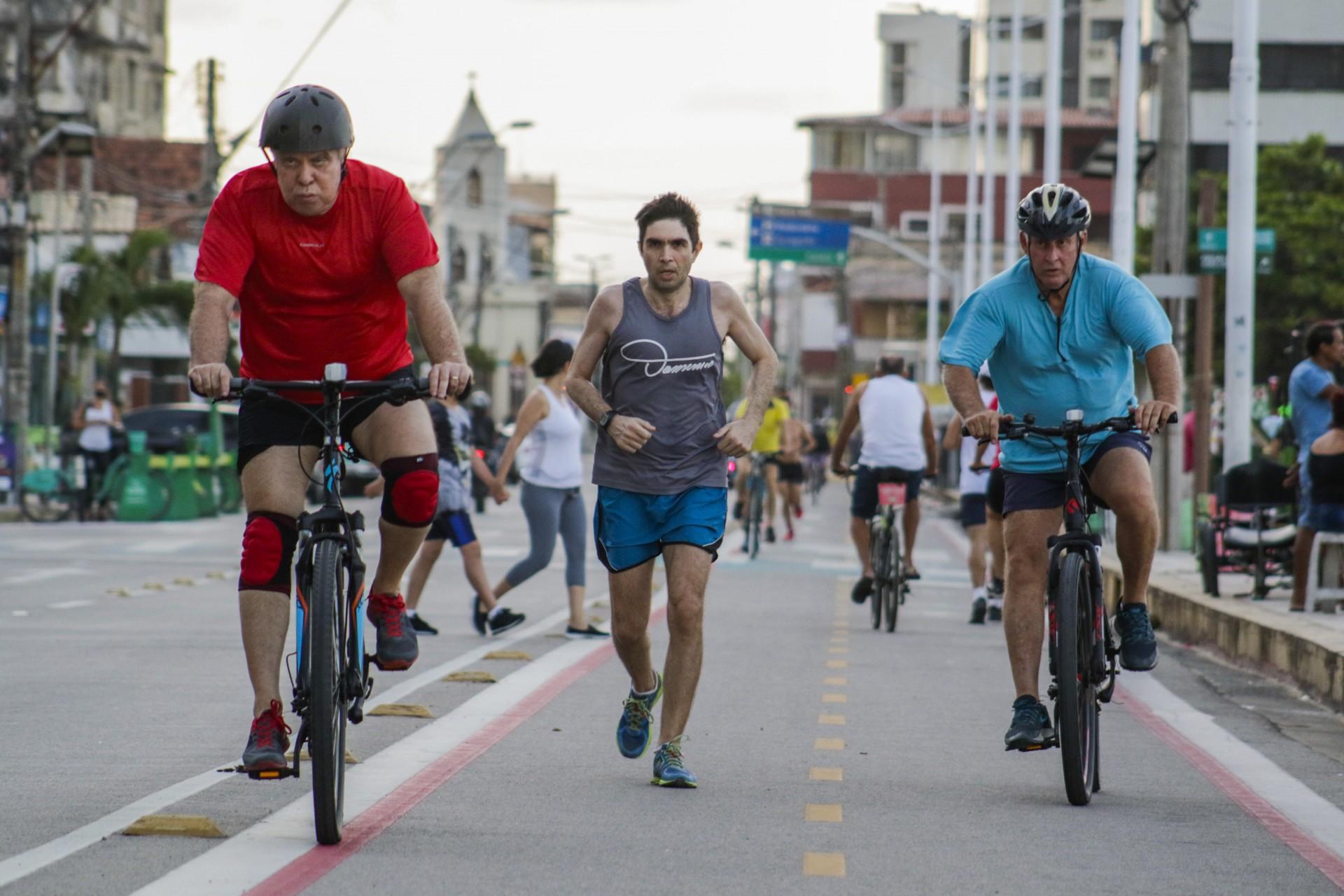 FORTALEZA, CE, BRASIL, 30.11.2020: Ciclo Faixa da Beira Mar. Duplicada, ela é utilizada para correr e andar de bicicleta, fora outros, como, patins, skate. (foto: Thais Mesquita/O POVO)