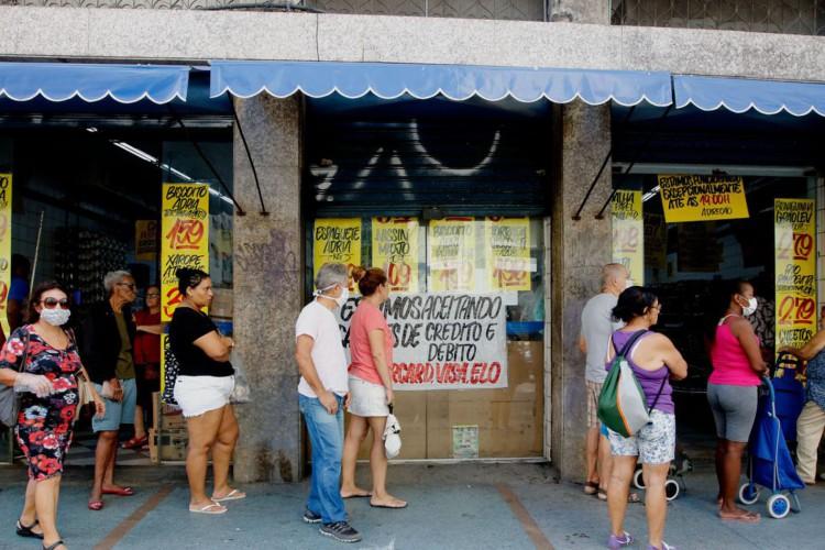 Filas se formam em frente a bancos e supermercados no Famengo, zona sul da cidade. (Foto: Tânia Rego/Agência Brasil)