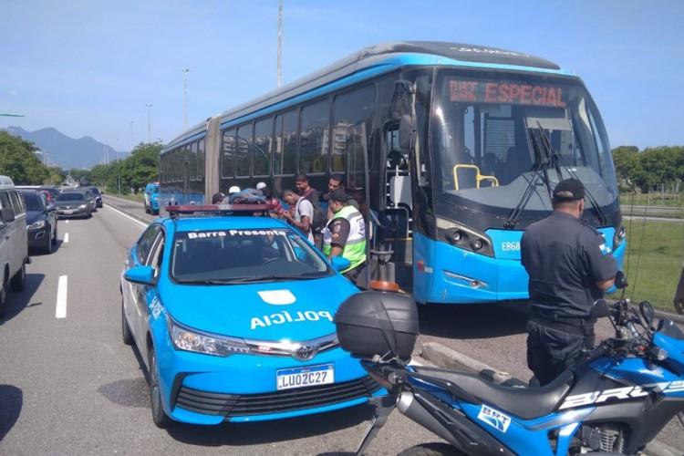 O passageiro conduziu o transporte coletivo por nove pontos antes de ser parado pela Polícia  (Foto: Divulgação/Segurança Presente)
