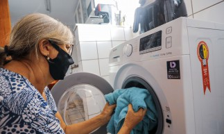 FORTALEZA, CE, BRASIL, 02.12.2020:  Governo Federal anuncia novo aumento na tarifa de energia ao consumidor - Na foto dona de casa utilizando lavadora de roupas  (Fco Fontenele/O POVO)