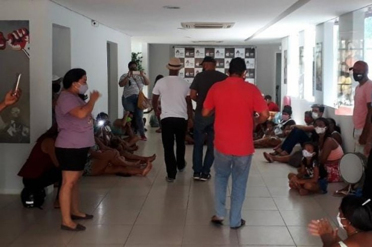 Moradores de ocupação no bairro Mondubim se mobilizam no diretório estadual do PDT em busca de moradias populares.
