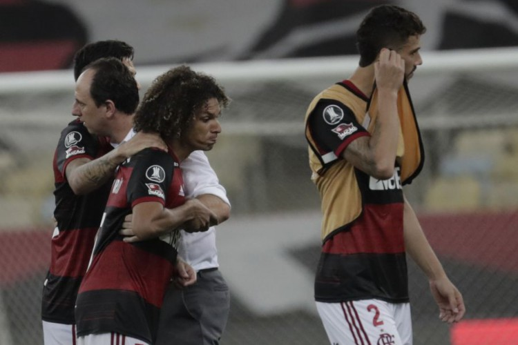 Jogadores do Flamengo e o técnico Rogério Ceni lamentam eliminação na Libertadores, após disputa de pênaltis contra o Racing (Foto: Antonio LACERDA / AFP)