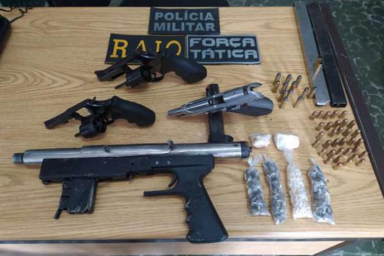 Quatro armas foram apreendidas na ação da PMCE em Maranguape  (Foto: via WhatsApp O POVO )