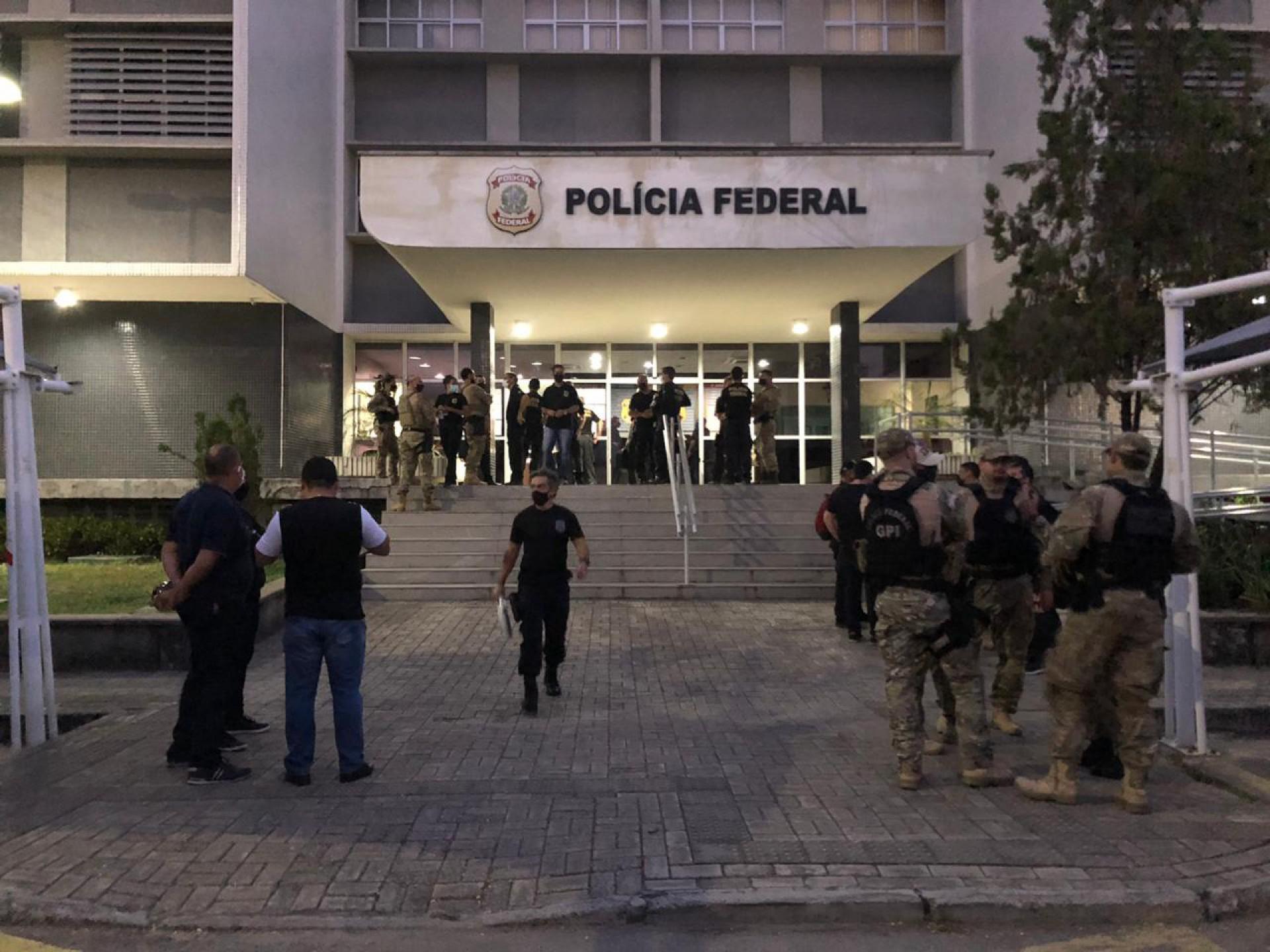 Movimentação em frente a sede da PF do Ceará