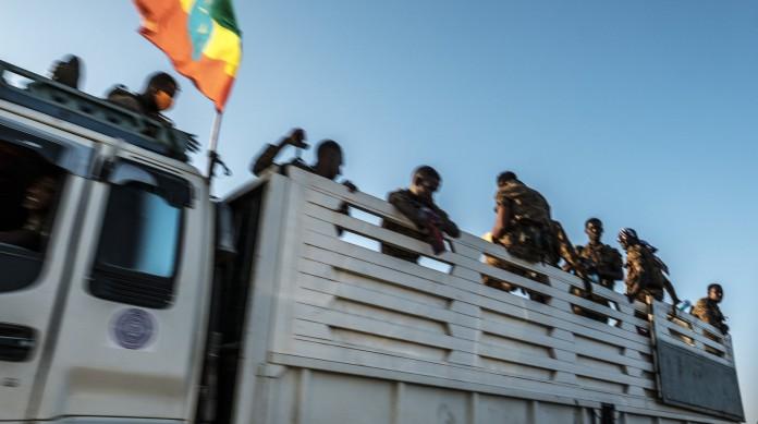 Membro das Forças Armadas da Etiópia na cidade de Humera, na região de Tigray, próxima à fronteira com a Eritreia