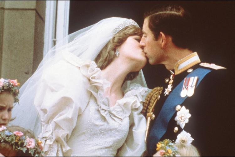 Nesta foto tirada em 29 de julho de 1981, Charles, o Príncipe de Gales, beija sua noiva, Lady Diana, na varanda do Palácio de Buckingham  (Foto: AFP)