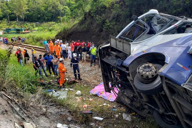 Ônibus cai de viaduto em Minas Gerais e deixa pelo menso 14 mortos  (Foto: Minas Gerais Fire Department / AFP)