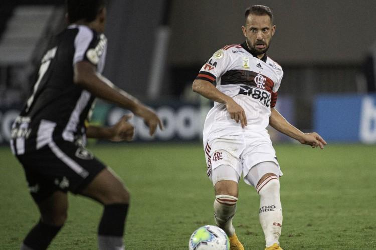 Flamengo vence o Botafogo e segue na cola do líder São Paulo (Foto: )