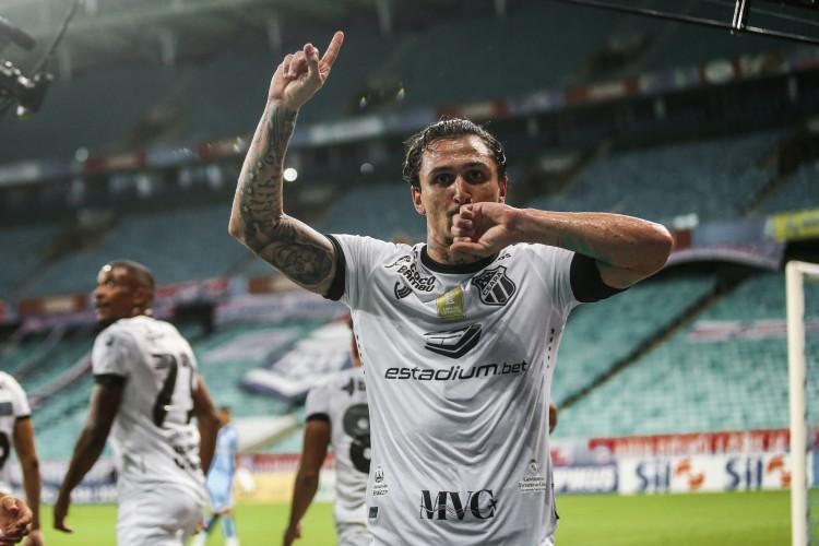 Vina comemora gol marcado contra o Bahia, na Arena Fonte Nova (Foto: Israel Simonton/Ceará SC)