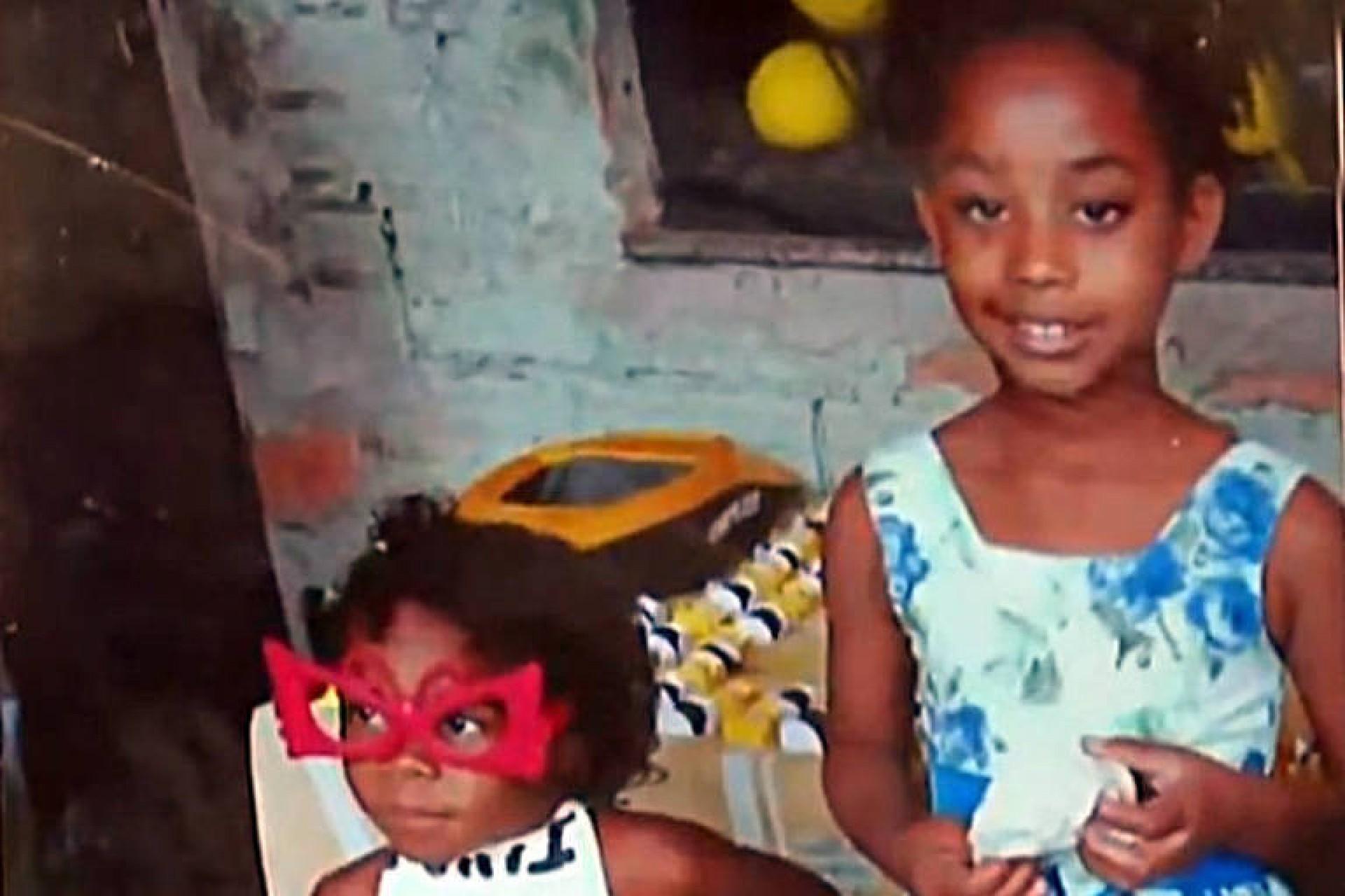 Segundo testemunhas, as crianças brincavam na frente de casa, na comunidade do Sapinho, em Duque de Caxias (RJ); Polícia Civil afirmou que abriu investigação sobre o caso