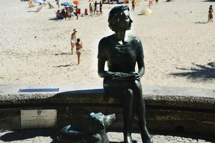 Rio de Janeiro, RJ, Brasil - Estátua da escritora Clarice Lispector e seu cão Ulisses no Leme. (Foto: Fernando Frazão/Agência Brasil) (Foto: Fernando Frazão/Agência Brasil)