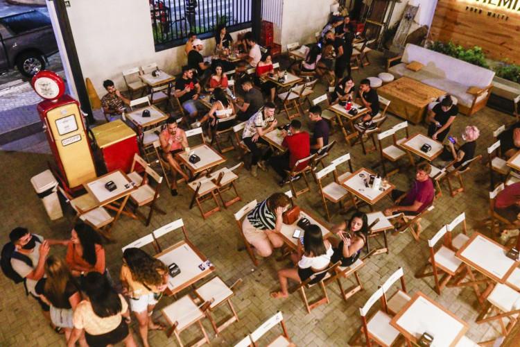 Os estabelecimentos devem garantir  a distância de 2 metros entre as pessoas (Foto: Fotos Barbara Moira/ O POVO)