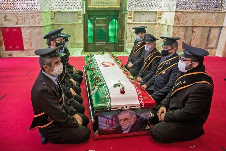 Membros das forças iranianas oram em torno do caixão do cientista nuclear morto Mohsen Fakhrizadeh durante a cerimônia de enterro no santuário Imamzadeh Saleh no norte de Teerã, em 30 de novembro de 2020. O Irã disse que Israel e um grupo de oposição exilado usaram métodos novos e