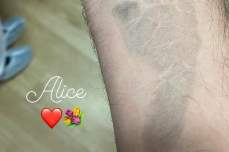 O humorista compartilhou uma foto com o carimbo do pé da filha em seu pulso. (Foto: Reprodução/ Instagram)