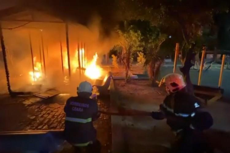 Quiosque de recebimento de material reciclável incendeia na noite deste domingo, 6. Foto: Reprodução/CBM (Foto: Foto: Reprodução)