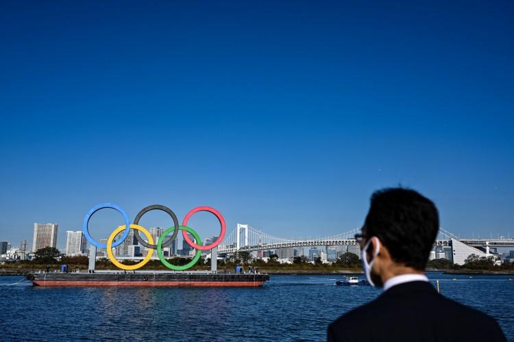 Parte da população japonesa é contra a realização das Olimpíadas de Tóquio em 2021 (Foto: CHARLY TRIBALLEAU / AFP)