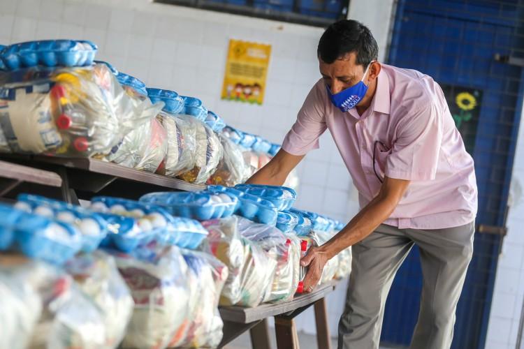 A entrega de kits de alimentação para alunos da rede pública de ensino de Fortaleza busca minimizar os efeitos gerados pela pandemia de Covid-19 (Foto: Rodrigo Carvalho/Prefeitura de Fortaleza)