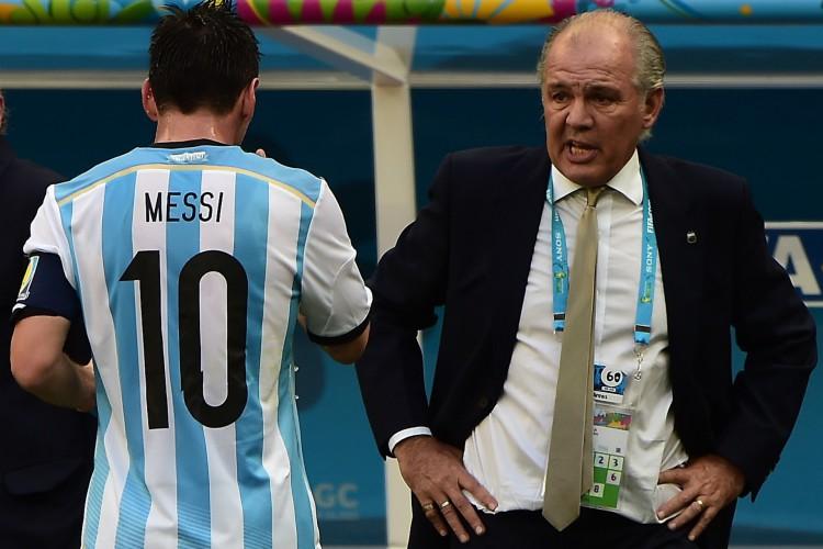 Alejandro Sabella conversa com Messi durante a Copa do Mundo do Brasil, realizada em 2014 (Foto: François-Xavier MARIT / AFP)