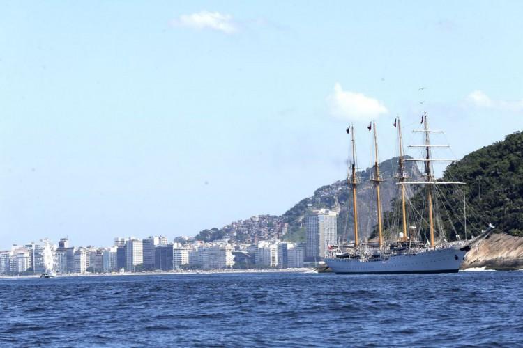 Rio de Janeiro - Desfile naval na chegada ao Rio de Janeiro do evento: Velas Latinoamérica 2018. O evento reúne seis navios veleiros estrangeiros e o navio veleiro brasileiro Cisne Branco (Tânia Rêgo/Agência Brasil) (Foto: Tânia Rêgo/Agência Brasil)