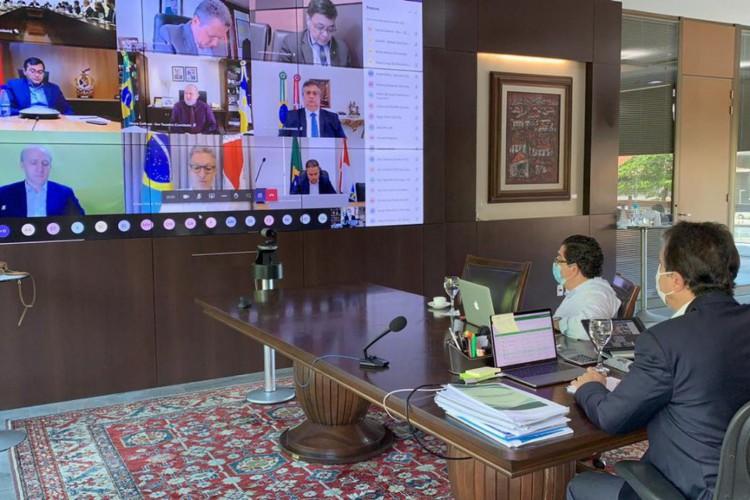 A reunião aconteceu no Palácio do Planalto, mas alguns governadores, como Camilo Santana, participaram de forma virtual (Foto: Twitter @CamiloSantanaCE)