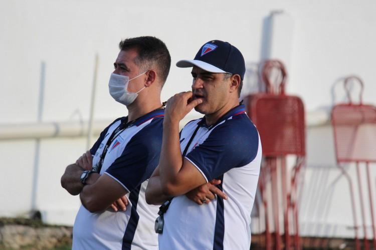 Auxiliar técnico Caio Autuori e técnico Marcelo Chamusca durante treino do Fortaleza no Centro de Excelência Alcides Santos, no Pici (Foto: Bruno Oliveira/Fortaleza EC)