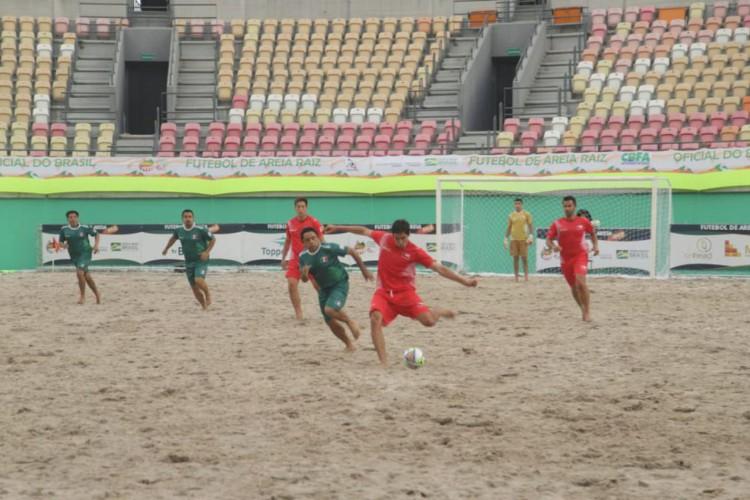 Show de gols marca abertura do Mundial de Futebol de Areia Raiz (Foto: )