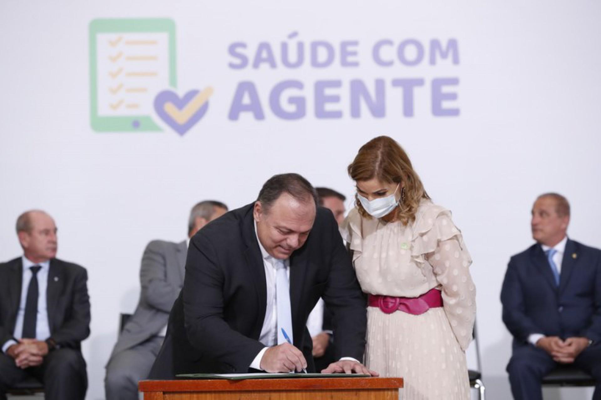 MINISTRO Eduardo Pazuello e secretária Mayra Pinheiro no lançamento do programa (Foto: Divulgação PR / Alan Santos)