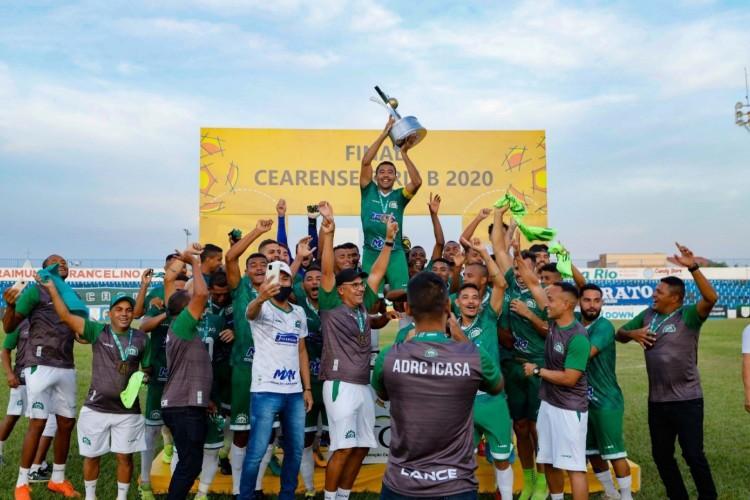 Icasa recebe taça de campeão da Série B do Campeonato Cearense (Foto: Antonio Josimar Segundo/FCF)