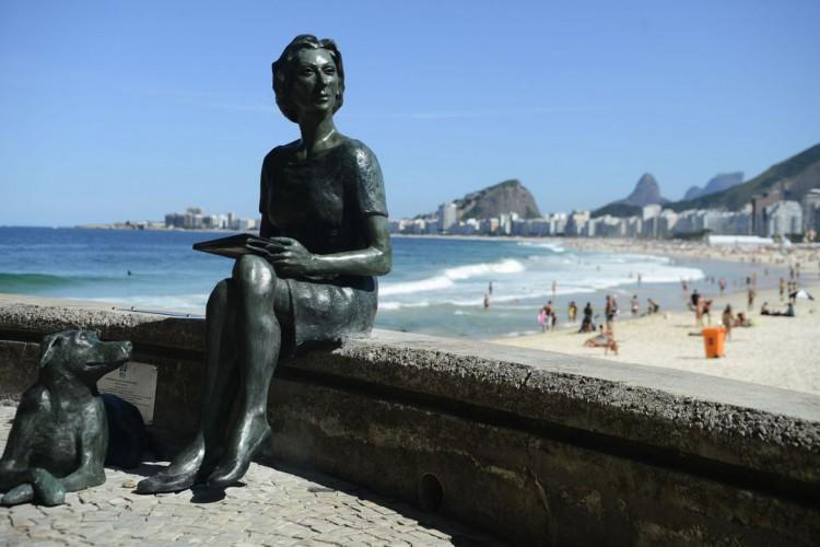 Rio de Janeiro - Estátua da escritora Clarice Lispector e seu cão Ulisses no Leme. (Fernando Frazão/Agência Brasil) (Foto: Fernando Frazão/Agência Brasil)