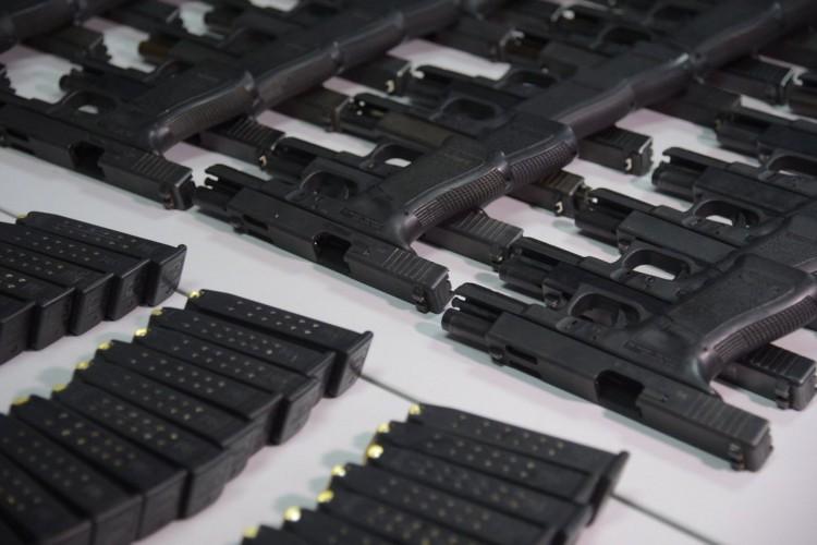 Rio de Janeiro - Diversos fuzis Colt 5.56 e AK-47, pistolas Glock, munições e pasta base de cocaína apreendidos com um militar do Exército em operação da PRF e Polícia Civil em Itatiaia (Fernando Frazão/Agência Brasil) (Foto: Fernando Frazão/Agência Brasil)
