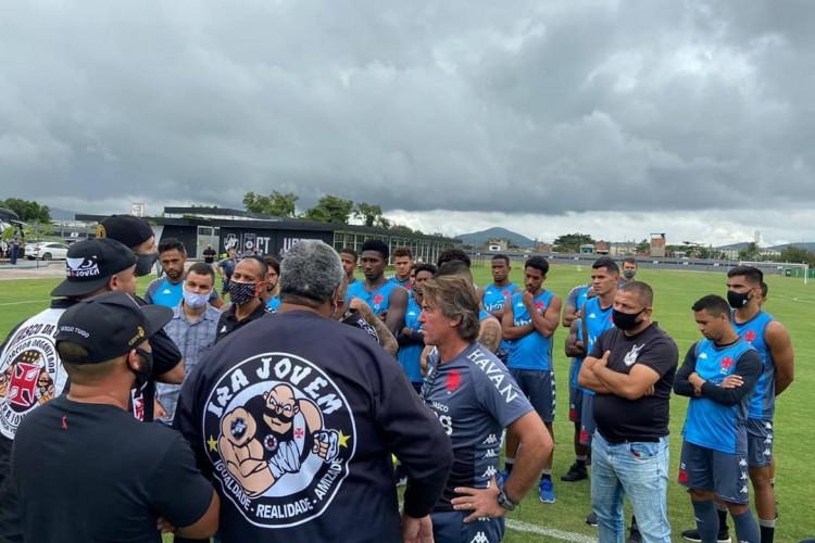 Torcedores do Vasco foram protestar no CT do Cruz-maltino (Foto: Reprodução)