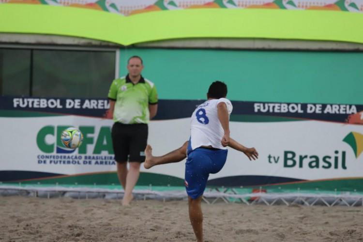 Paraguai e Chile goleiam e avançam na liderança das chaves A e B (Foto: )