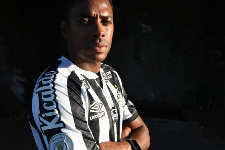 ROBINHO assinou com o Santos, mas teve contrato suspenso após pressão (Foto: )