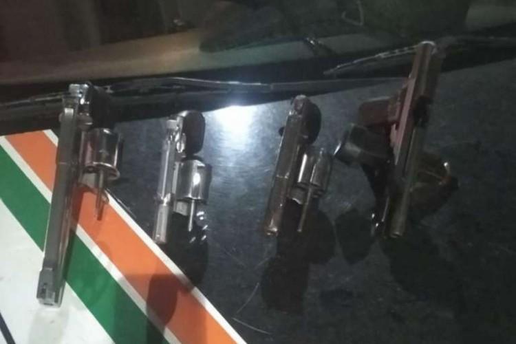 Com os cinco foram apreendidos quatro armas de fogo  (Foto: divulgação/Polícia Militar )