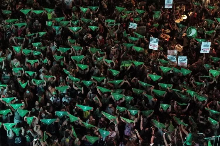 Após protestos de ativistas pelos direitos do aborto, procedimento se torna legal em toda Argentina em janeiro de 2021.(Foto: Emiliano LASALVIA / AFP)