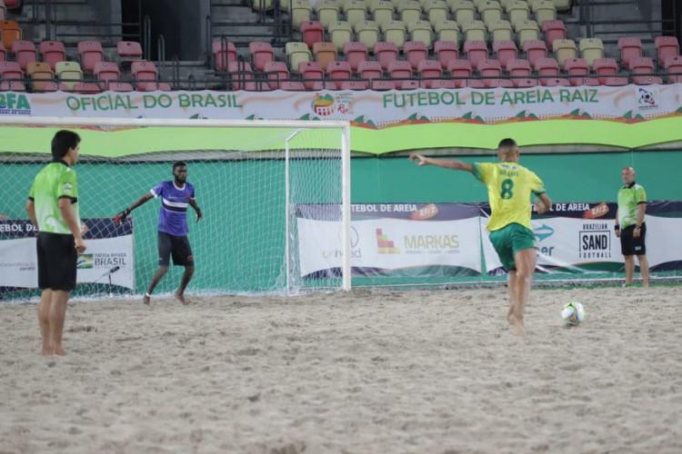 Nos pênaltis, Brasil elimina Angola e pega Uruguai na semifinal (Foto: )