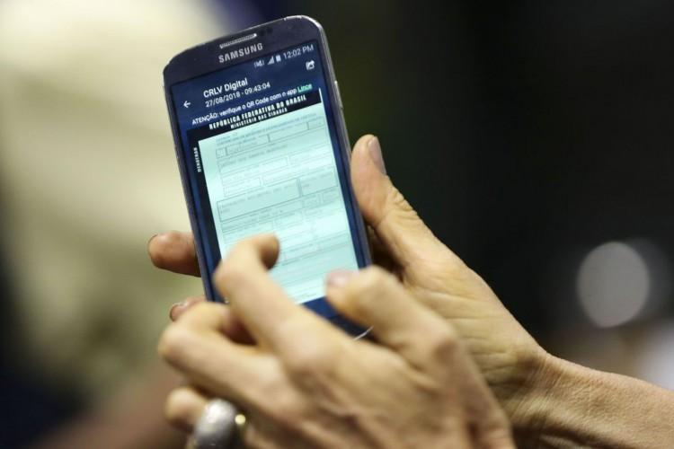 A diretora-presidente do Serpro, Glória Guimarães, apresenta a versão digital do Certificado de Registro e Licenciamento de Veículo (CRLVe). (Foto: Marcelo Camargo/Agência Brasil)