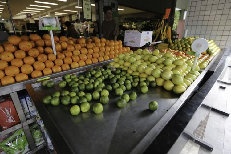 Apesar de afirmarem haver estoque, alguns produtos como cítricos, já começam a faltar nas gôndolas dos supermercados.  (Fabio Rodrigues Pozzebom/Agência Brasil) (Foto: Fabio Rodrigues Pozzebom/Agência Brasil)