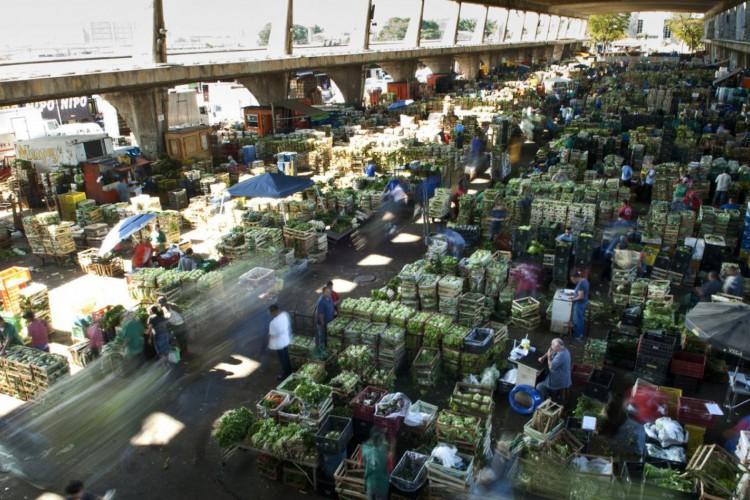 São Paulo - Trabalhadores da Companhia de Entrepostos e Armazéns Gerais de São Paulo (CEAGESP) ( Marcelo Camargo/ABr) (Foto: Marcelo Camargo/Agência Brasil)
