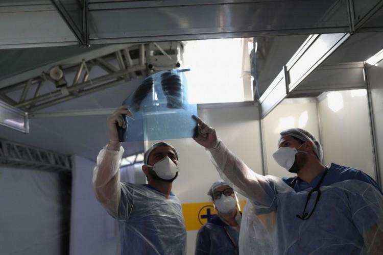 Médicos observam exame de paciente em hospital de campanha em Guarulhos (SP) .12/05/2020.REUTERS/Amanda Perobelli (Foto: REUTERS/Amanda Perobelli)