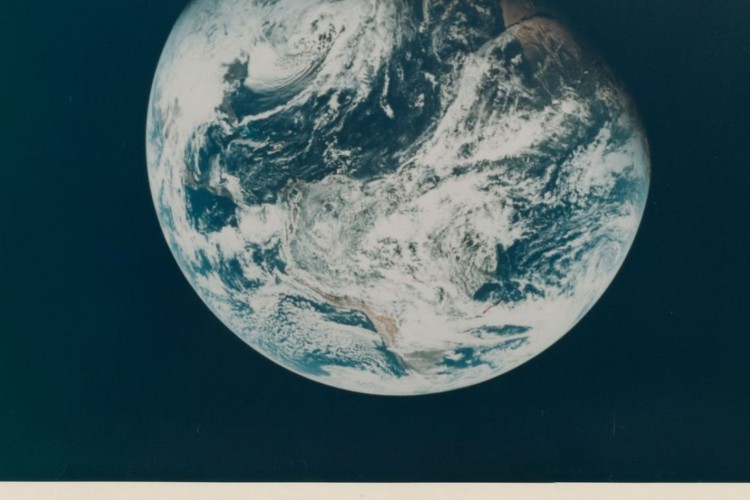 Lot 210, First human-taken photograph of the Planet Earth by Apollo 8 crew member William Anders from December 1968, one of the space photographs in a collection up for auction at Christie's, is seen in this handout image. William Anders/Christie's/Handout via REUTERS  THIS IMAGE HAS BEEN SUPPLIED BY A THIRD PARTY. MANDATORY CREDIT. NO RESALES. NO ARCHIVES. NO NEW USES AFTER NOVEMBER 20, 2020 (Foto: CHRISTIE'S/WILLIAM ANDERS)